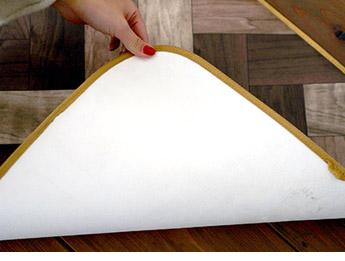 安心・安全な日本製。裏面はガラス基材仕様で床を守ります。